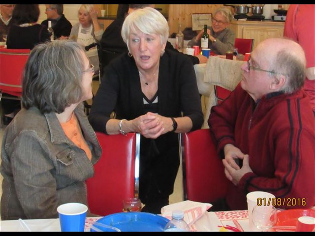 Hélène, Andrée et un autre membre jasent avec plaisir.