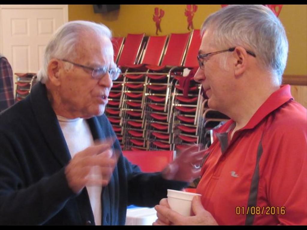 Antonin et Raymond parlent de tennis et de voyage.
