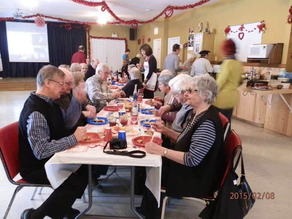 Des garnitures étaient disponibles pour agrémenter les crêpes telles que des fraises, framboises compottes de pommes, fromage et du sirop. Bon appétit!