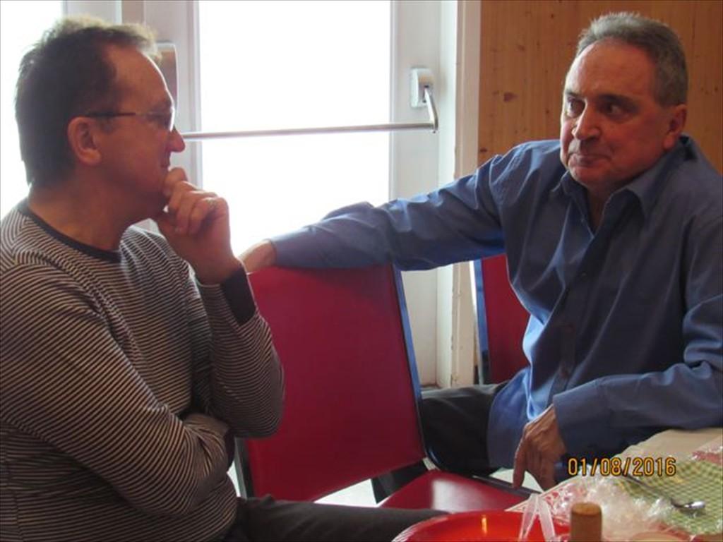 Réjean Houle en pleine discussion avec un ami.