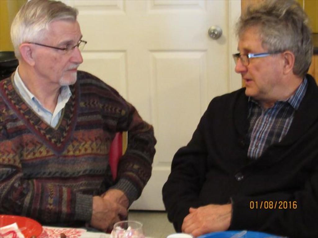 M. Gévry et Alain Ménard échangent entre eux.